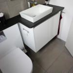 Möbelwaschtisch mit integriertem Toilettenpapierhalter
